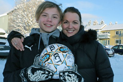 TIL NY STORKLUBB: Isak Hansen-Aaøren (13, t.v) trener denne uka med storklubben Liverpool FC. Senere i desember er han invitert til et ni dager langt treningsopphold med en av verdens største klubber, Manchester United. Dit reiser han sammen med mamma Marianne Hansen (t.h).