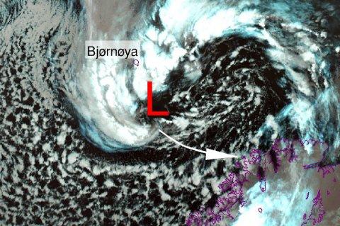 PÅ VEI: Sentrum av lavtrykket treffer Vest-Finnmark og Nord-Troms.