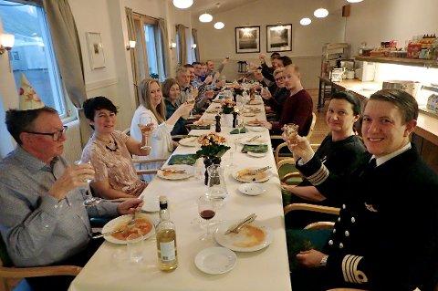 Alle som er på Jan Mayen var med å feire bursdagen til driftsjef Øyvind Hansen (t.v.). Begivenheten ble lagt ut på statsjonens egen nettside.Til høyre, stajonssjef Kristian Weihe.