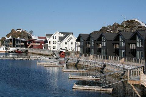 Momskrangelen etter bygginga av hotelleilighetene (til høyre på bildet) tok til slutt knekken på Hamn Eiendom AS.