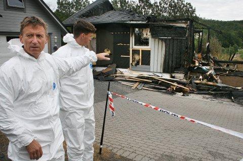 Brannetterforsker Jarle Evertsen på plass etter husbrannen i Finnfjordbotn. Men skadeomfanget var så stort at brannårsken er vanskelig å finne.