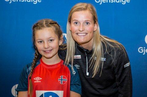 Marit Røsberg Jacobsen (t.h) med sin maskot Marie Thorsteinsen (t.v), som bærte drakt med hennes navn på under presentasjonen av årets VM-lag.