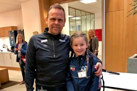 Marie Thorsteinsen hilste på og snakket med landslagssjef Thorir Hergeirsson i forbindelse med VM-uttaket.