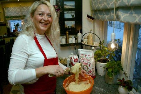 JULEKJERRING: Linda Juanette Lande baker jordmorkjeks - en av 102 oppskrifter i boka hennes om julemat.