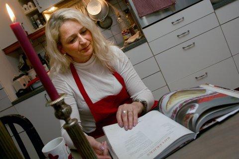 MYE GODT: Linda Juanette Lande blar i den nye boka si om julemat.
