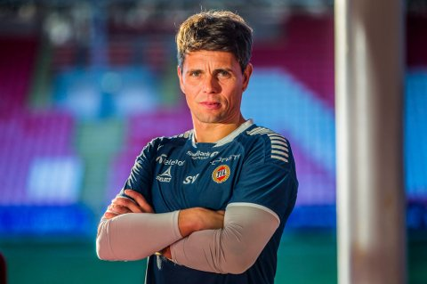 OFFENSIV: Simo Valakari gjester fotballpodkasten JoMos Kosmos i et smell av en sesongfinale, og TIL-treneren går høyt ut med tanker om at TIL må gjøre et forsøk på å vinne serien allerede neste år.