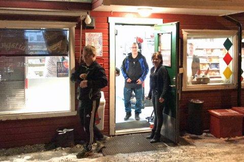 GJENÅPNET: Heidi Isaksen kunne allerede klokka 15.00 ønske kundene velkommen inn i kiosken igjen. I morgentimene søndag knuste noen seg inn i butikken hennes. Politi pågrep en antatt gjerningsmann inne i butikken.