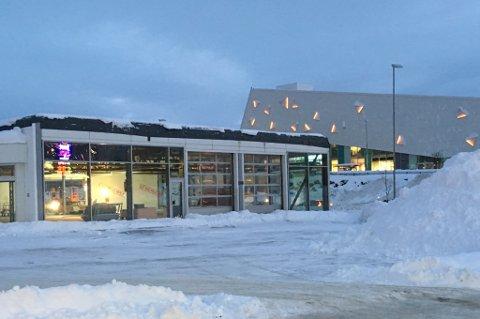 I FULLT ARBEID: Renoveringsarbeidet i Sulland-bygget, som ligger på nordsiden av Jekta, er i full gang. I juni flytter den tyske bilgiganten BMW inn. Foto: Are Medby