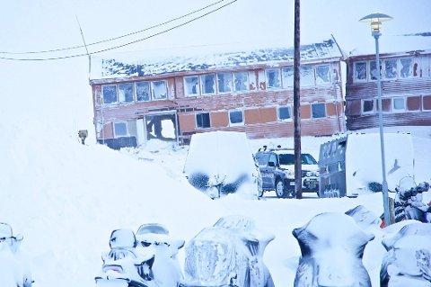 SKRED: Flere boliger ble truffet av et stort snøskred på Longyearbyen i februar. Sysselmannen på Svalbard evakuerer seks personer fra 22. desember i frykt for nye skred.