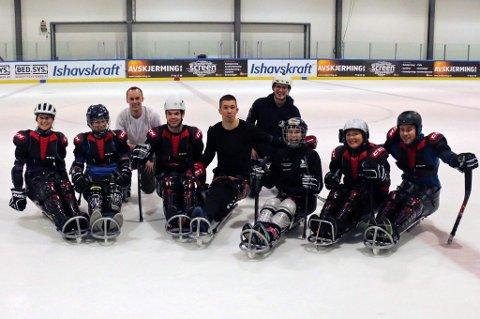 God stemning i Ishallen under dagens kjelkehockeytrening. Initiativtakere Ole Nebbneset og Håvard Marsteen i bakgrunnen.
