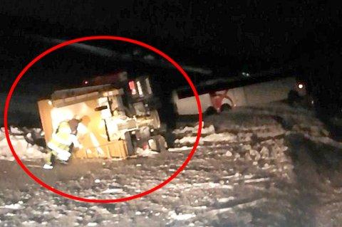 SVÆRT GLATT: Strøbilen skulle strø et svært glatt veiparti etter at en buss kjørte av veien, men strøbilen kjørte selv utfor.