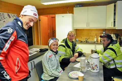 LANGRENNSHELT: Finn Hågen Krogh (t.v) er rangert som tredjemann over nordnorske idrettsnavn i 2017 av Nordlys, for stafettbragden under Lahti-VM i mars. Her hjemme i Alta, sammen med Team Nord-Norge-løperen Emilie Kristoffersen og  løypemannskapet Ole Fredrik Suhr og Arnt Isaksen.