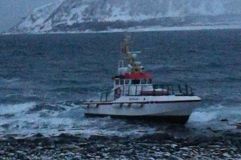 STÅR GODT: Den tidligere redningsskøyta Odd Fellow står fortsatt på grunn sør på Arnøya. Foto: Nordlys-tipser