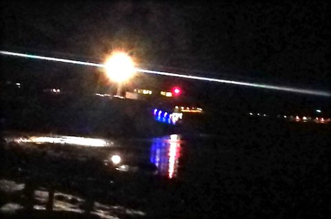 PÅ GRUNN: Her står fraktebåten på grunn rundt midnattstider.