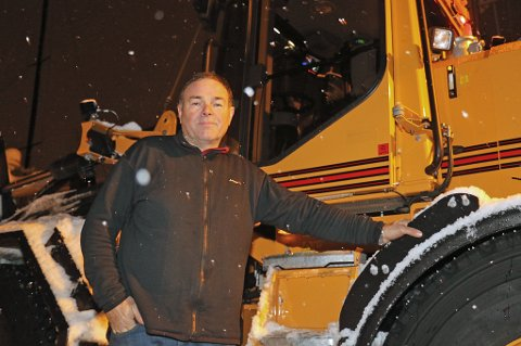 HEFTIGE ARBEIDSDAGER: Georg Jensen er en av de som kjemper mot snømassene i Tromsø om dagen. Det blir lange dager.