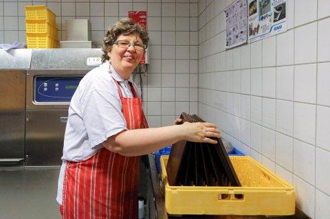 TRIVES: Inger Christin Andreassen trives såpass på jobb i kantina på Fylkeshuset, at hun har vært der i 33 år nå.