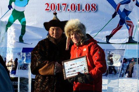 Jan Størmer (t.h.) fra Tromsø fra oppholdet i Mongolia i januar, der han bidro til å hjelpe en gruppe ungdommer som satser mot ungdoms-OL i Sveits om tre år. Her sammen med ordføreren i Bindel, landsbyen der det østmongolske regionale mesterskapet foregikk.