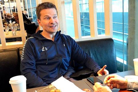 TILs sportssjef Svein-Morten Johansen på Gardermoen, på reisen til La Manga. Der jobbes det fortsatt for å få Diambars-duoen Mehdi Dioury og El Hadj Mour Samb på besøk, men håpet om å få det til er i ferd med å glippe.