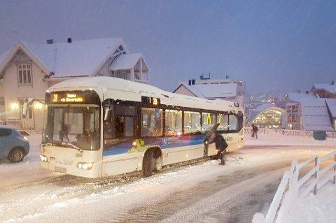 BOM FAST: En rekke busser står bom fast ved Kongsbakken.