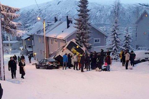 SKADET: Seks personer er sendt til UNN etter at bussen braste inn i huset på Tromsøya.