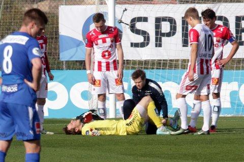 Filip Loncaric nede for telling mot Sandefjord med en kneskade, mens han får behandling av André Fagerborg. Det er foreløpig uvisst hva omfanget av skaden er, men 30-åringen antyder selv en vridning.