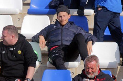 Gjermund Åsen i avslappet positur på tribunen under TILs kamp mot Sandefjord. Trønderen kan være på vei bort fra TIL i løpet av året hvis et tilbud som passer 25-åringen og TIL kommer.