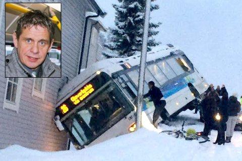KAOS: Flere busser havnet i trøbbel i Tromsø på fredag - blant annet her i Haakon VIIs gate, der en rutebuss endte i en husvegg. I helgen har Nobina gått gjennom hendelsene, forteller driftssjef Magnar Nilssen (innfelt).