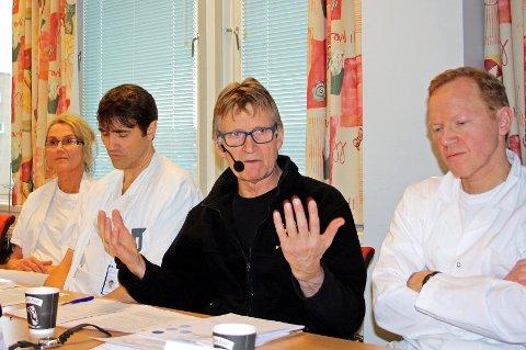 REAKSJONER: Fagmiljøet ved UNN i Tromsø kalte i forrige uke inn til pressekonferanse i forbindelse med den såkalte PCI-saken. Her advarte de styret i Helse Nord mot å gå for anbefalingen fra Helse Nord-direktør Lars Vorland. Seksjonsoverlege Anne Skogsholm (fra venstre), hjertekirurg Kristian Bartnes, klinikkoverlege Mads Gilbert og hjertekirurg Truls Myrmel var blant deltakerne på pressekonferansen.