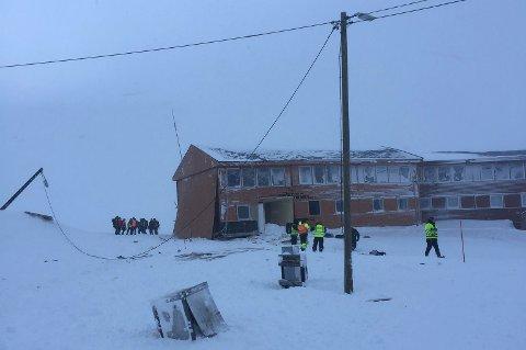 SNØSKRED: Det er store materielle skader etter at et snøskred rammet vei 228 i Longyearbyen tirsdag formiddag.