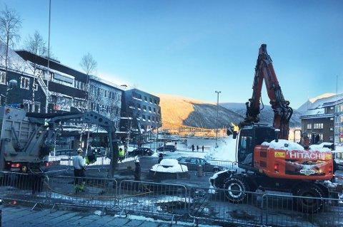 Her graves Gågata i Tromsø opp på jakt etter svar på hva som gikk galt da vannspruten sto i Tromsø sentrum i dag tidlig. Foto: Stian Saur