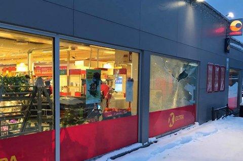 KNUST: Mannen skal ifølge politiet ha brukt øks eller slegge. Han knuste butikkvinduene på Coop Extra og Circle K. Her er skadene fra Coop. Foto: Dag Tore Larsen.