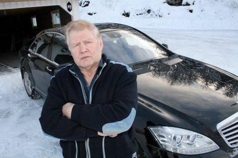 IKKE FÅTT PENGER: Per Kristian Simonsen (70) fra Bardu har ikke fått betalt for bilen TMC i Narvik solgte for ham. Han anslår at han har tapt en halv million kroner på saken og har politianmeldt forhandleren for underslag. Her med Mercedes-en han kjøpte via samme firma.