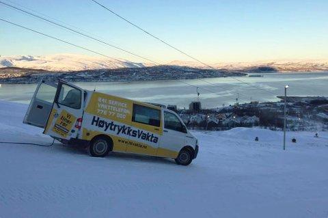 Her er arbeidsbilen parkert et godt stykke opp i bamseløypa i Tromsø alpinpark. Foto: Høytrykksvakta