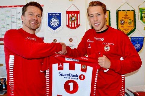 Peter Aas sammen med sportssjef Svein-Morten Johansen etter at kontrakten ut 2017-sesongen er signert.