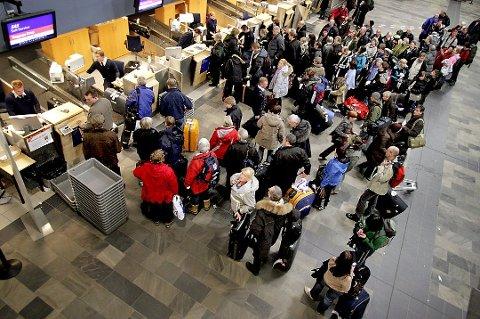 DØMT: En 31 år gammel kvinne er dømt til fengsel i to år etter å ha blitt tatt med over 850 gram amfetamin på Tromsø lufthavn. Personene på bildet har ingenting med saken å gjøre.