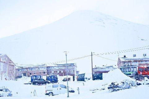 EVAKUERT: Longyearbyen mistet til sammen 83 små og store boliger som enten nå er revet, skadet eller evakuert av frykt for nye ras. Dette bildet er tatt fra raset i februar. Alle beboerne i bygget som ble truffet av snømengdene kom seg ut i god behold.