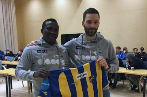 ALTA-KLAR: Makhtar Thioune (t.v) ble presentert som Alta-spiller i går. Trener Rune Repvik (t.h) går selv ned i lønn for å hente senegaleseren.
