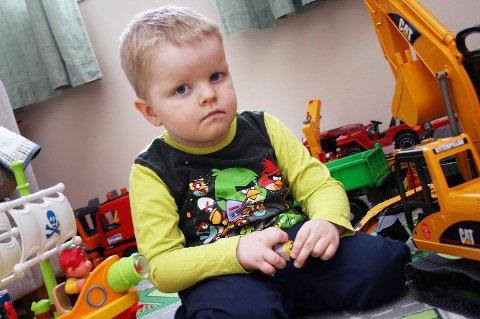 TØFF GUTT: Mamma og pappa forteller at Elias alltid har vært lett å ha med å gjøre, og knapt gråt, på tross av mye sprøyter og sterke medisiner.