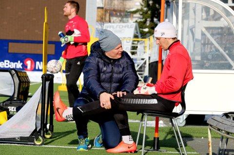 Filip Loncaric får behandling av Einar Hauglid på Alfheim. Kroaten er fortsatt uker unna å være spilleklar etter kneskaden han pådro seg i Spania.