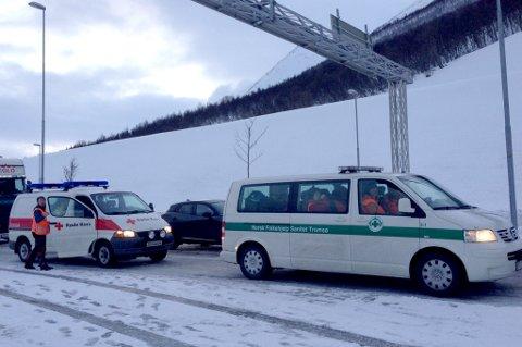 FRA TROMSØ: Mannskaper fra Røde Kors og Norsk Folkehjelp venter på ferga på Breivikeidet over til Lyngen.