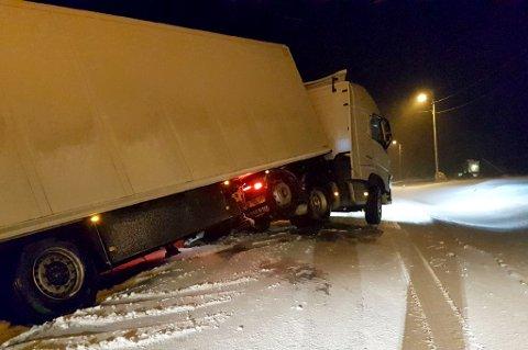 I GRØFTA: Denne traileren har kjørt utfor i Tromvik fredag kveld.