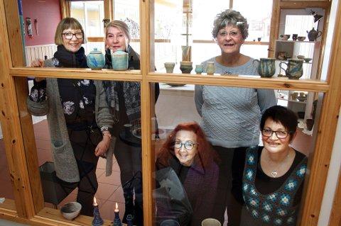 NYTT LOKALE: På den gamle kokkeskolen i Sørreisa har kunstnerne har fått et nytt utstillingsvindu, Anne Grete Stave (t.v.), Anita Nyeim, Randi Sørensen, Sigrun Sørfosbog og Eivor Johansen.
