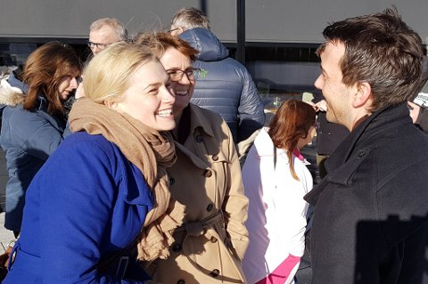 Fikk bamseklem: Ragni Løkholm Ramberg (Ap) smilte bredt og ga Kent Gudmundsen en skikkelig klem. Begge ønsker jernbane til Tromsø. Foto: Øystein Barth-Heyerdahl