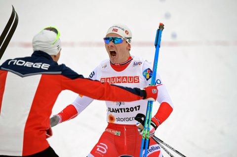 GULLGUTT: Finn Hågen Krogh kunne slippe jubelen løs etter å ha gått Norge inn til stafettgull, etter å ha holdt unna for verdens beste langrennsløper Sergej Justjugov på siste etappe.