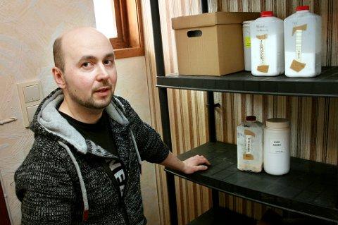 TØMTE HYLLER: Tony Jakobsen viser fram det lille han har igjen av fyrverkerikjemikalier etter politiaksjonen hos ham.