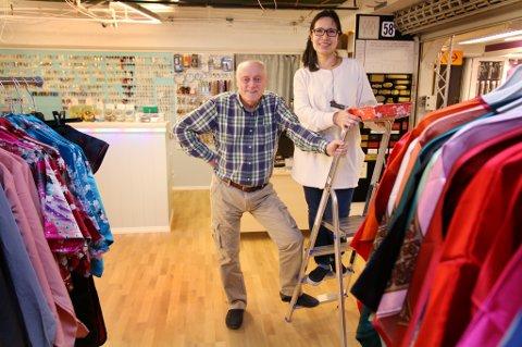Jann Klo og kona Cherry gjør siste finish på de nye lokalene på Torgcenteret. Foto: Stian Saur