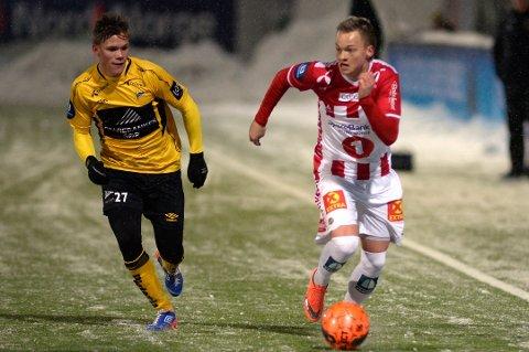 FRA ISLAND: Aron Sigurdarson (til høyre), her i løpsduell med Starts Eirik Wichne på Alfheim stadion, kom fra Fjölnir før 2016-sesongen. Nå er spillere på vei til Tromsø fra den islandske klubben for å trene med TIL.