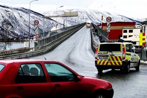 Tromsøbrua er stengt i begge retninger. Foto: Ola Solvang