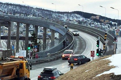 Her stenger en sivil politibil Tromsøbrua på Tromsdalssida. Foto: Torje D. Johansen
