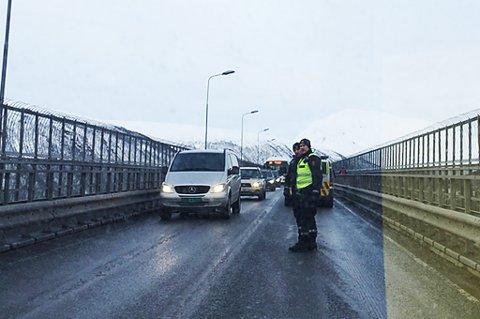 Også oppå brua står politiet og sperrer trafikken. Foto: Tove Myhre